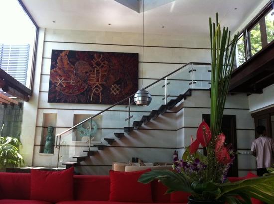 Villa Casis: リビングから二階のマスターベッドルームへの階段