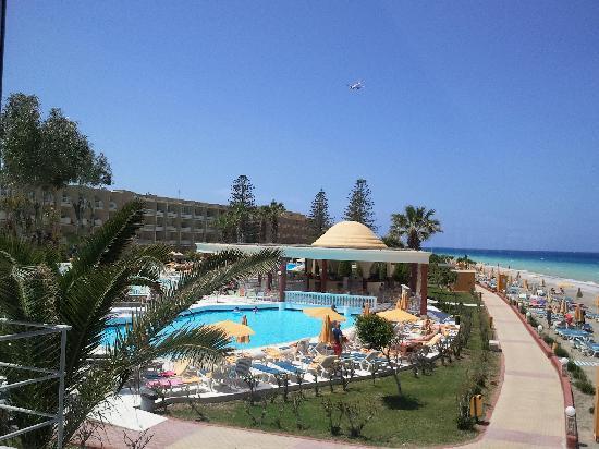 Sunshine Rhodes Hotel: une des piscines et un avion