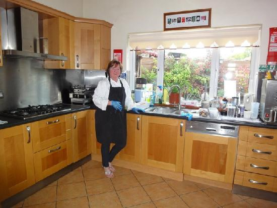 Castle Lodge Bed & Breakfast: Eithne making us another delicious breakfast!