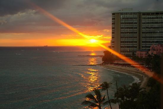 Aston Waikiki Beachside Hotel: beautiful sunsets are common
