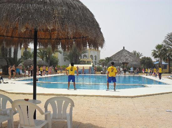 Hotel Cedriana: Danse autour de la piscine