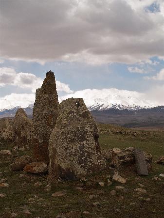 """Sisian, Armenien: menhir """"viseur astronomique"""""""