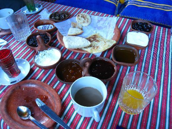 Dar Echchaouen: 朝食は数種類のパンとオリーブなど。食べきれないくらい。