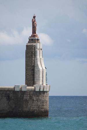 Tarifa, Ισπανία: Die Statue am Eingang des Hafens