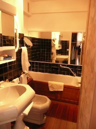Arc Hotel: Salle de bains, agréable