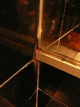 Arc Hotel : Vétusté, jonction carrelage/miroir baignoire