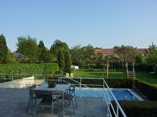 Bed & Breakfast 't Sevencoote Brugge : Terrace, pool and garden