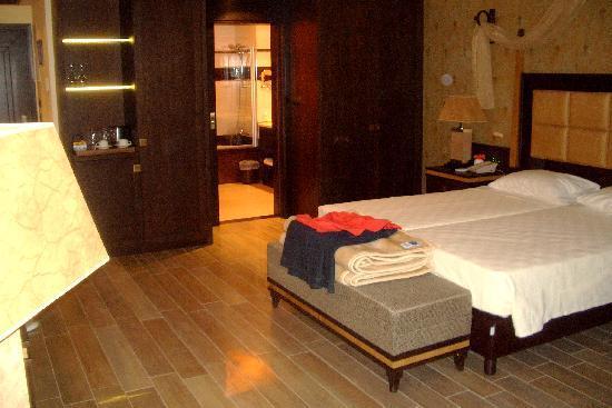 La Marquise Luxury Resort Complex : Ruime kamer met ruime badkamer, afsluitbaar met een schuifdeur met een grote spiegel op.