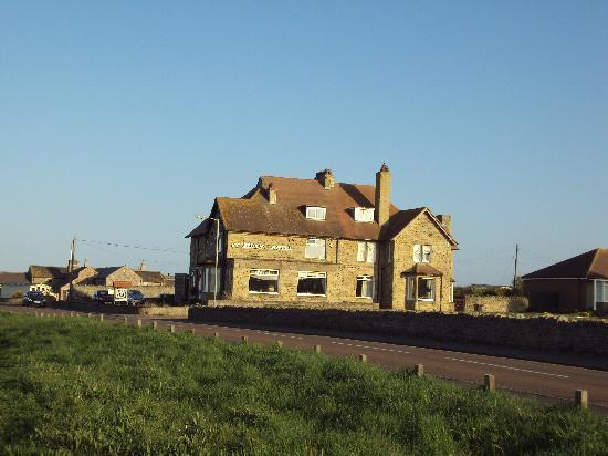 ‪‪Seahouses‬, UK: Hotel from coast road‬