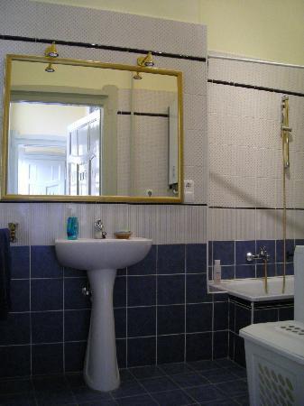 Downtown Oasis: Bathroom 1