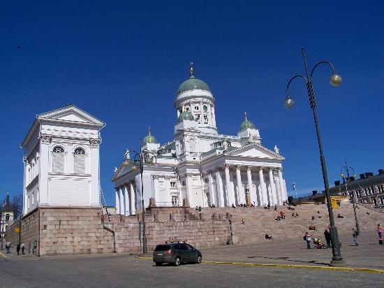 Helsinki, Finlandia: The Cathedral in Daylight