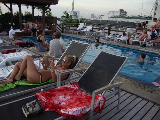 โรงแรมข้าวสารพาเลส: Busy pool area