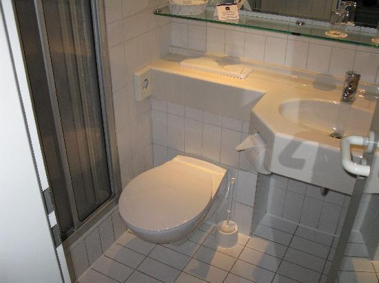 Wyndham Garden Duesseldorf Mettmann: Bathroom