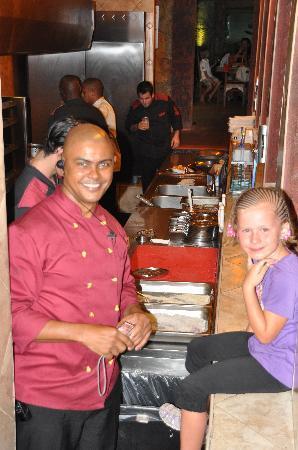L'aldea: Tochter beim Grill