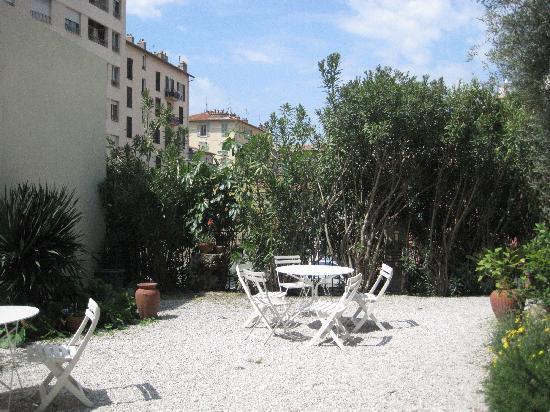 Clair Hotel: outdoor patio