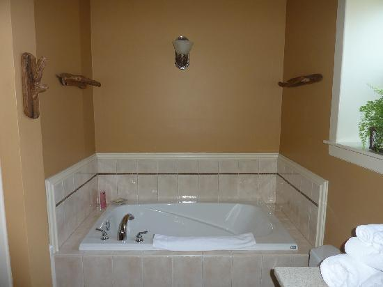 The Francis Boutique Inn: Tub and Shower is to the left