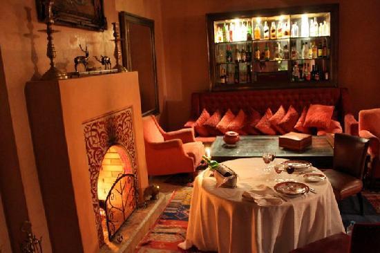Villa Dar Zina : cena cerca de la chimenea