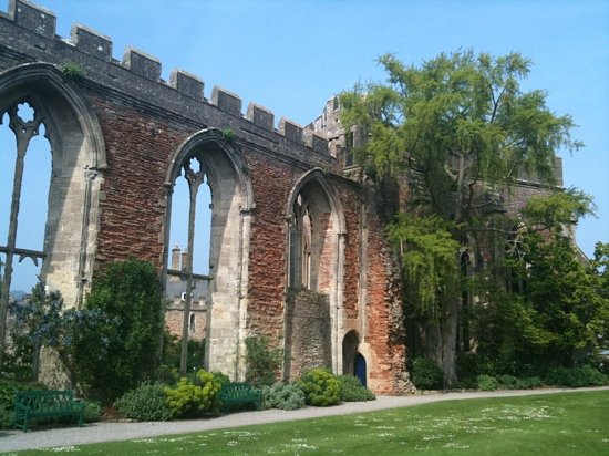 The Bishop's Palace and Gardens : Ruined Great Hall within the gardens of the Bishop's Palace