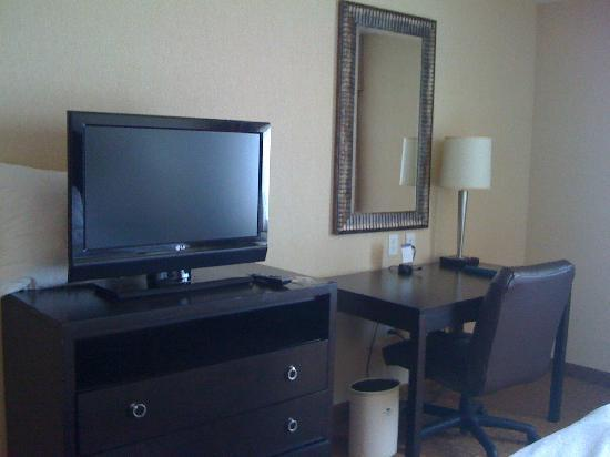 Homewood Suites Silver Spring: Tv and desk area