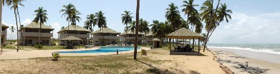 Elmina Bay Resort: Beach and Pool side