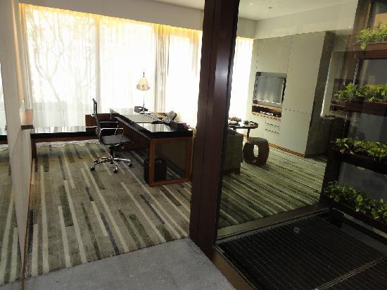 Hansar Bangkok Hotel: 客室リビング ドライエリアに観葉植物があります。