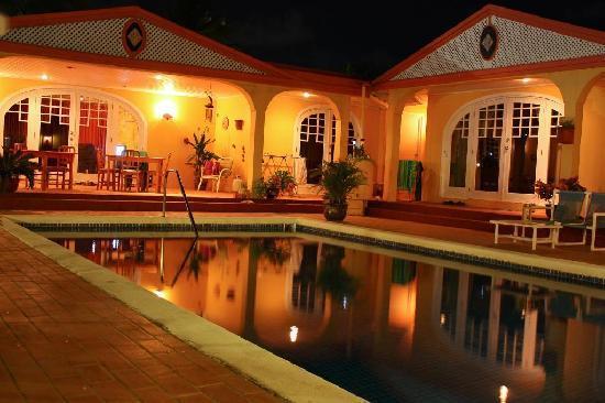 Tropical Breeze Hideaway: de noche