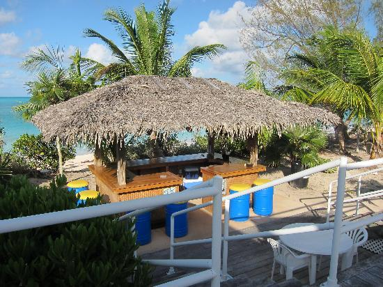 Tail Winds Resort: Tiki bar on the beach
