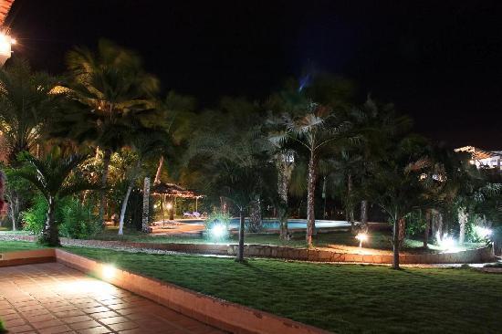 Hotel Atti: el patio y la pileta de noche