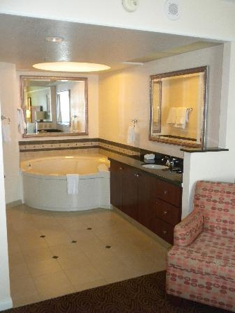 Hilton Grand Vacations at the Flamingo: Two person hot tub - shower out of view