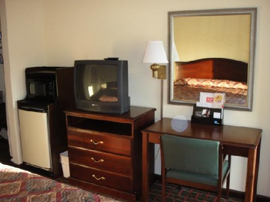 Econo Lodge: Desk, TV, mini fridge and microwave.