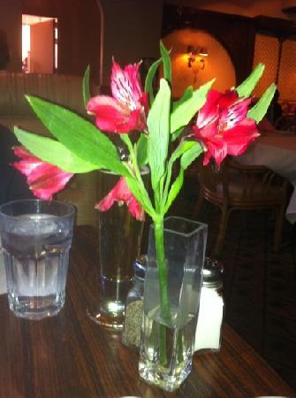 Olive Tree Inn: flowers on our table