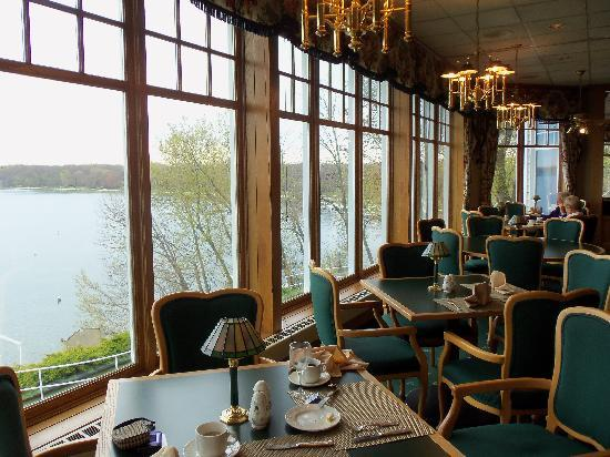 Geneva Inn: Delightful view of Lake Geneva in The Grandview Restaurant