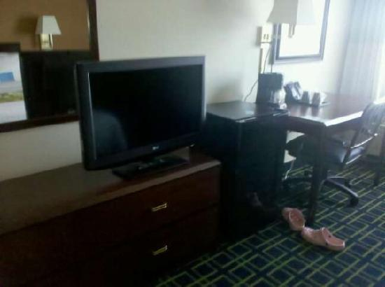 Fairfield Inn Boston Tewksbury/Andover: The television and refridgerator in the room