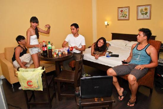 Legaspi Suites: Hanging out in another room, having drinks