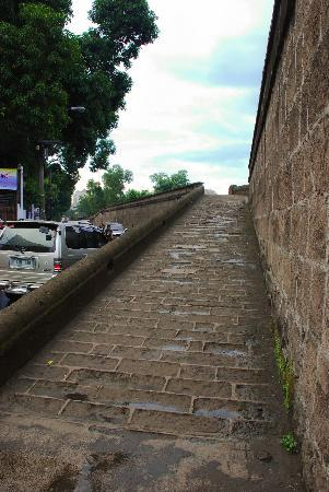 Intramuros: Ramp up to the walls