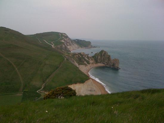 Уэймут, UK: View from the top of the hill overlooking the Durdlu door and Lulworth cove