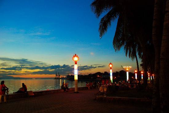 Manila Bay: Darkness falling