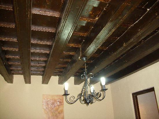 Hospederia La Cantarera: Detalle techo y lámpara habitación 7.