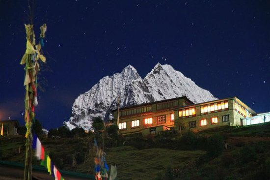 Namche Bazaar, Nepál: in a full moon night. Mt Thamserku on the background