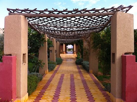 Auberge Tinit: View of the entrance of the hotel from the swimming pool area