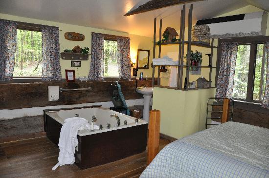 The Inn & Spa at Cedar Falls: Loft area bed/bath