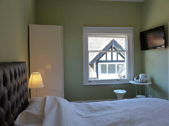 Grosvenor Place Guest House: Double & Twin Rooms with flat screen LED tvs