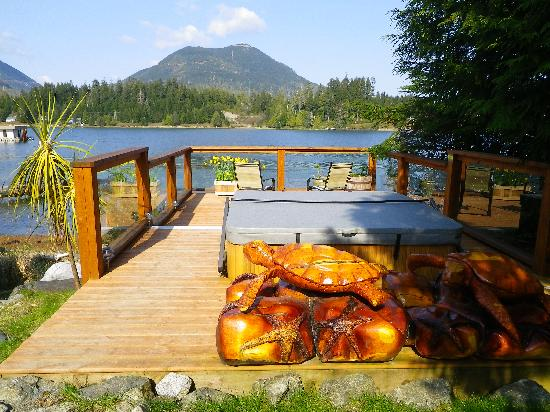 Majestic Ocean Bed and Breakfast: Hot tub & deck and Mt Ozzard