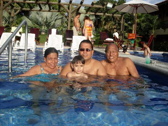 Decameron Panaca : Con la familia en la piscina