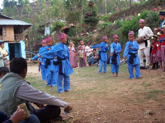 Samthar Farm House : Nepali children doing the kurkuri dance
