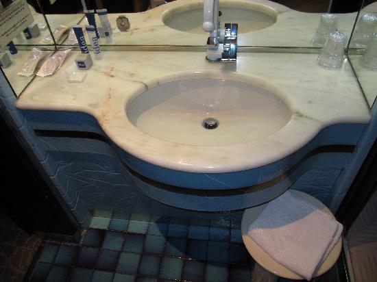 Meditur Hotel Cagliari Santa Maria: Le lavabo avec les gels douches