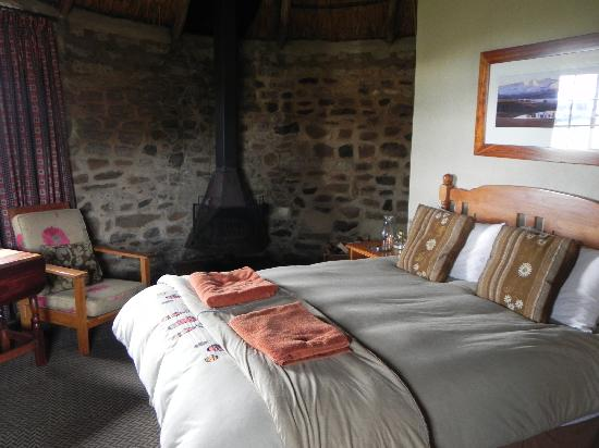 Sani Mountain Lodge: Wood burning stove in the bedroom
