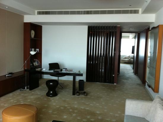 InterContinental Dubai Festival City : 2 bedroob club suite 26th floor working desk