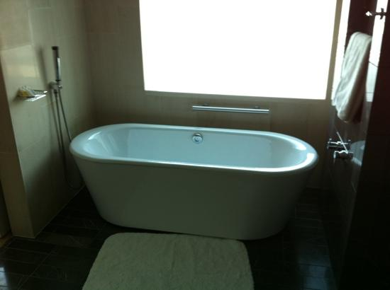InterContinental Dubai Festival City : bath tub with a view 2 bedroom clubsuite
