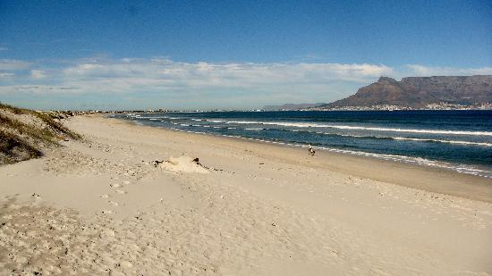Dolphin Beach Hotel: Looking down the beach towards Cape Town